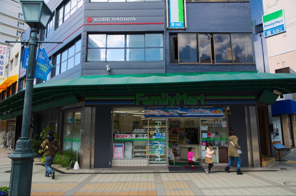 既に紹介した2店の例に倣い、グリーンとブルー系のラインが一本ずつ入り、「FamilyMart」という表記がある店舗である。 また、店舗にぐるりとテントが付けられているのが印象的。(撮影:2015年・白井大河)