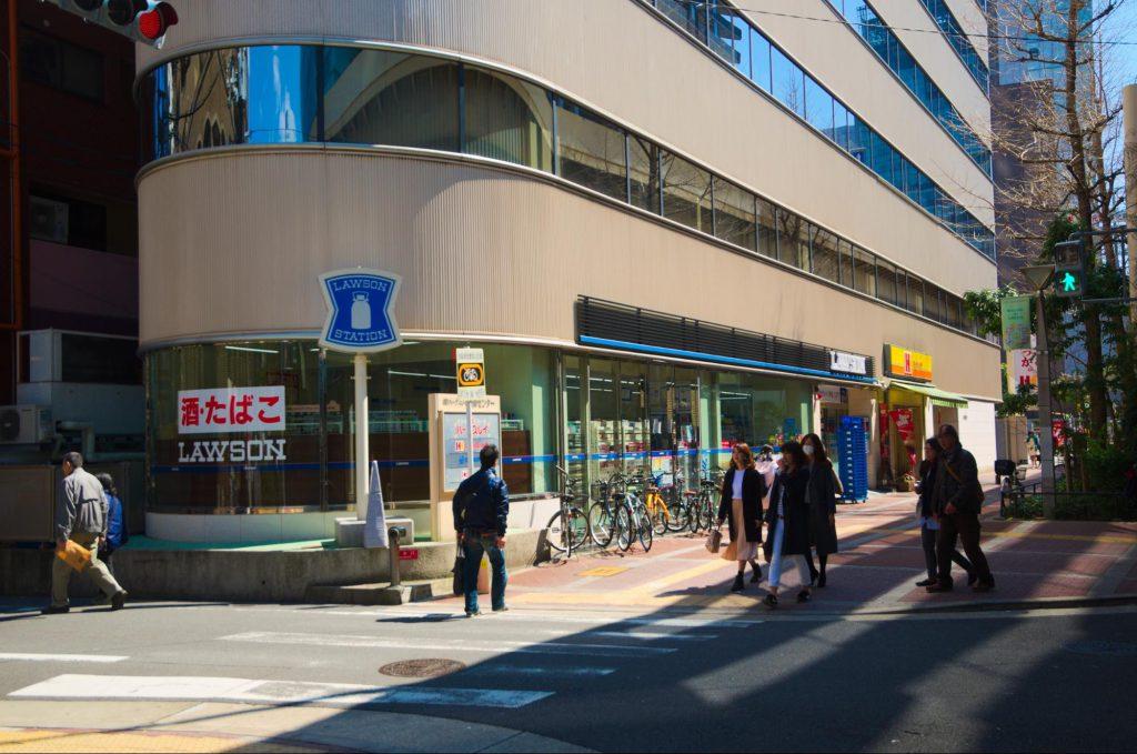 ローソンの看板で使われているブルー系のラインが一本入り「LAWSON」という表記があるだけのシンプルかつ洗練された外装の店舗となっている。(撮影:2017年・白井大河)