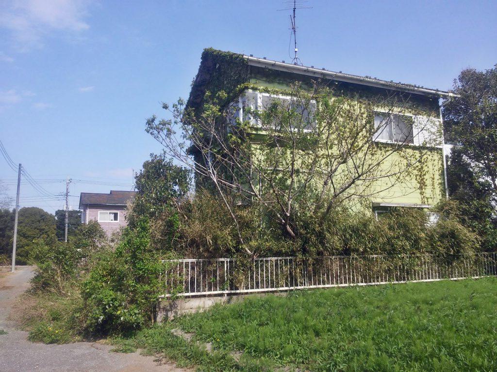 北総では、築30年程度の家屋が、利用されることもなく荒れ果てている光景を頻繁に見かける。山武市沖渡にて(撮影:吉川祐介・2018年)