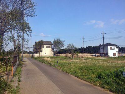 宅地として利用されることもなく、今なお膨大な数の区画が更地として販売が続けられている。山武市沖渡にて(撮影:吉川祐介・2018年)