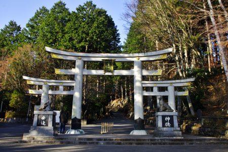 三峯神社の駐車場からの入口に建つ鳥居。威厳があり、神聖な場所への入口であることを自然に意識させられる(撮影:鳴海行人・2017年)