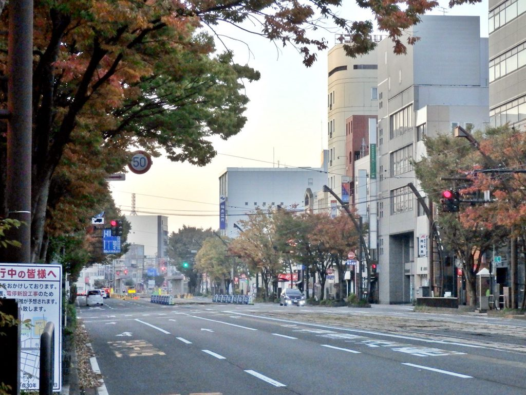 市街地を南北に貫くフェニックス通りは1951年から中央部に福井鉄道の軌道線が走り始めた(撮影:鳴海行人・2017年)