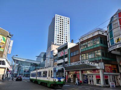 現在の福井駅前の電車通りの様子。左奥が福井駅だ(撮影:鳴海行人・2017年)