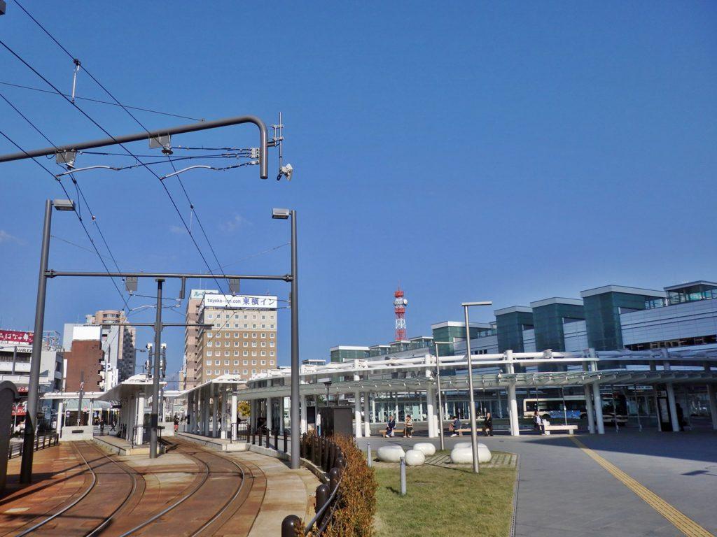 南側から福井駅を望む。左手にあるのが福井鉄道福井駅停留場、正面がバスターミナル、右手の建物がJR福井駅(撮影:鳴海行人・2017年)