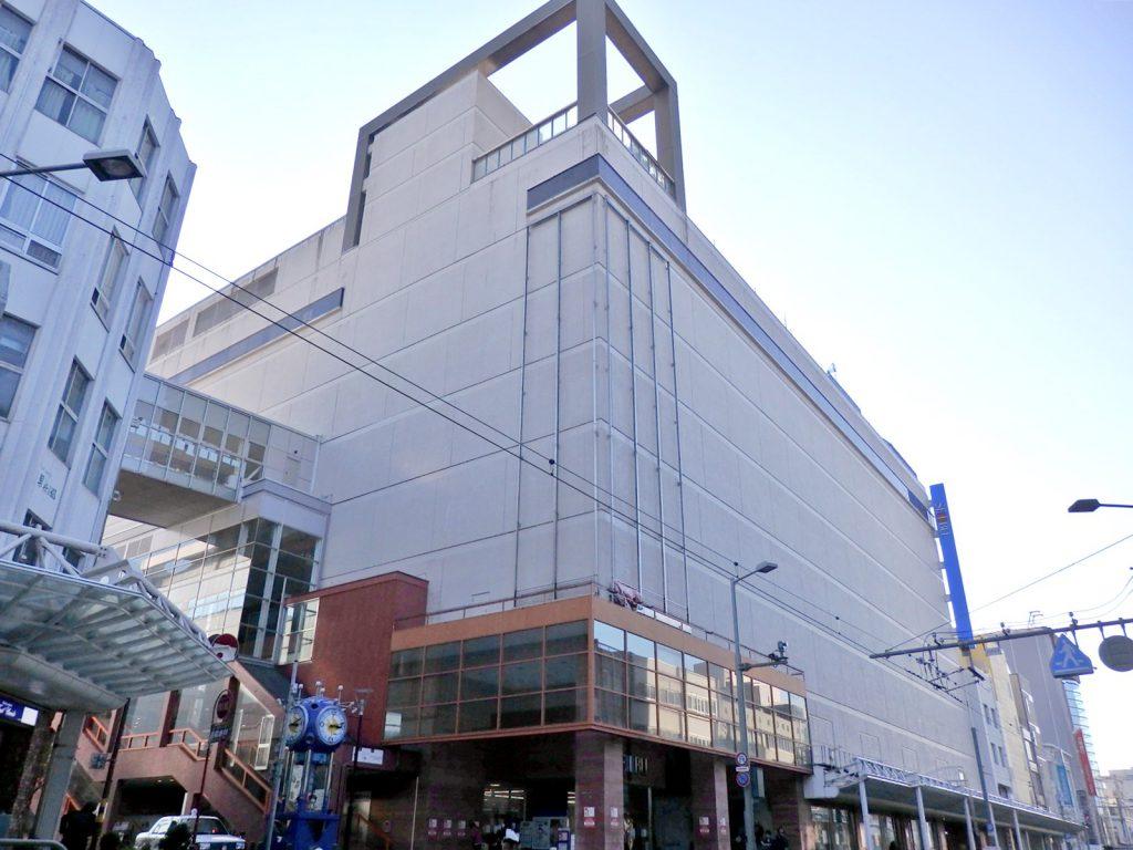 現在の西武福井店(だるま屋百貨店)。全体的に元気のない駅前エリアだが、奮闘している(撮影:鳴海行人・2017年)