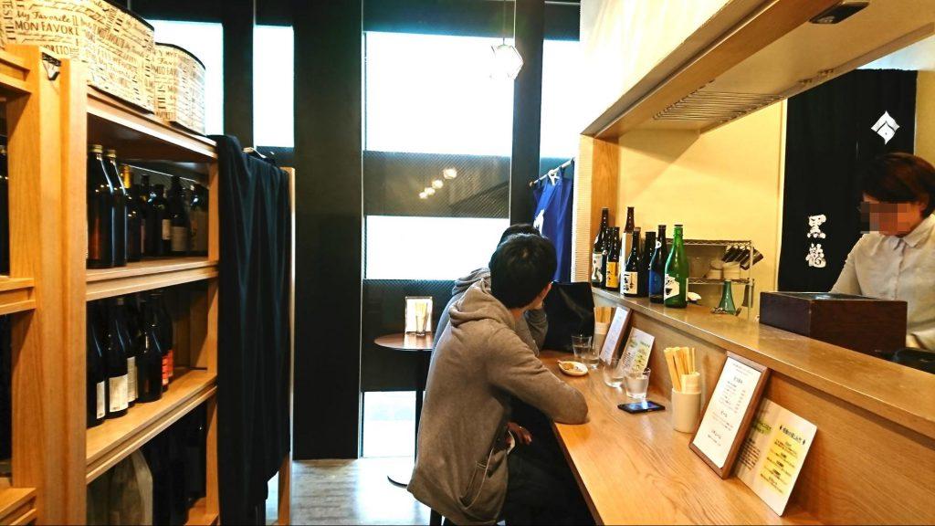 お店の一角に角打ちコーナーを設けた酒屋(撮影:2018年・白井大河 ※許可を得て撮影)