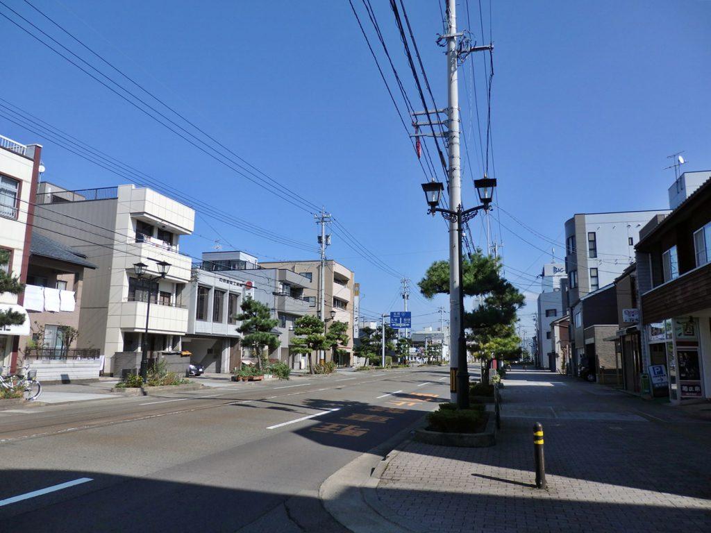 かつては北陸街道沿いだった松本通りも今は店が点在するだけで、「商店街」らしさはない(撮影:鳴海行人・2017年)