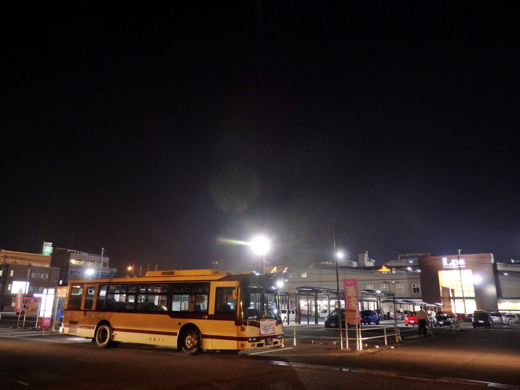 京福バスの運行する「大和田エコライン」は日中30分間隔で運行し、フェアモール福井の裏から発着する (撮影:鳴海行人・2017年)