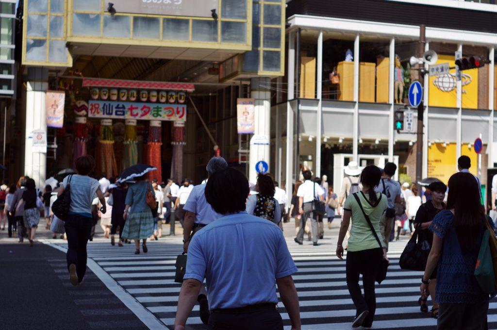 中央通り交差点の様子。駅から離れた場所でもアーケードでつながっている場所は人通りが多い (撮影:鳴海行人・2012年)
