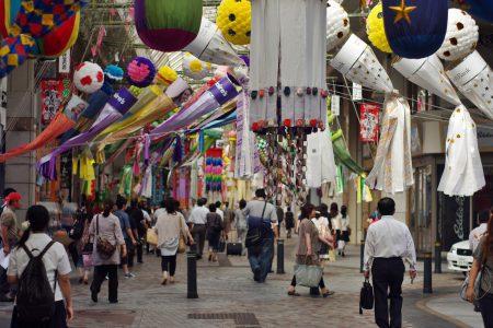 クリスロードの様子。仙台七夕の時期になるとこのように大きな七夕飾りを見ることができる (撮影:鳴海行人・2012年)