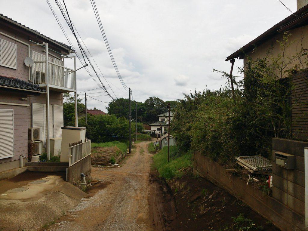未利用地や共有部の管理・再利用が進まない市内の旧分譲地。八街市八街ろにて。(撮影:吉川祐介・2018年)