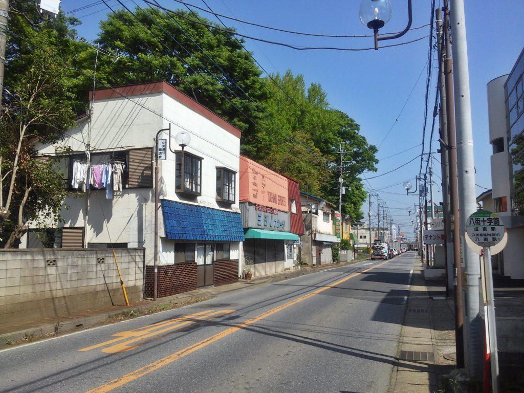 無秩序な郊外化により、来客用の駐車スペースを十分に確保できない駅周辺の旧商業地は衰退の一途にある。八街市八街ほにて。(撮影:吉川祐介・2018年)