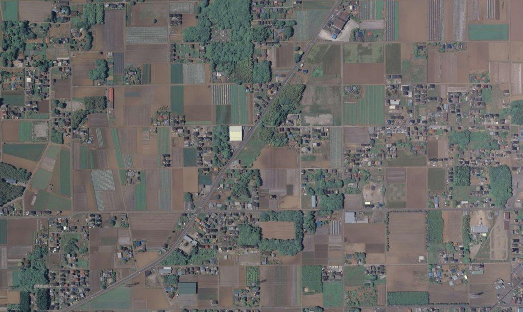 農地の合間に無秩序に点在する分譲地。八街市朝日付近上空。(国土地理院航空写真(2010年撮影)より引用)