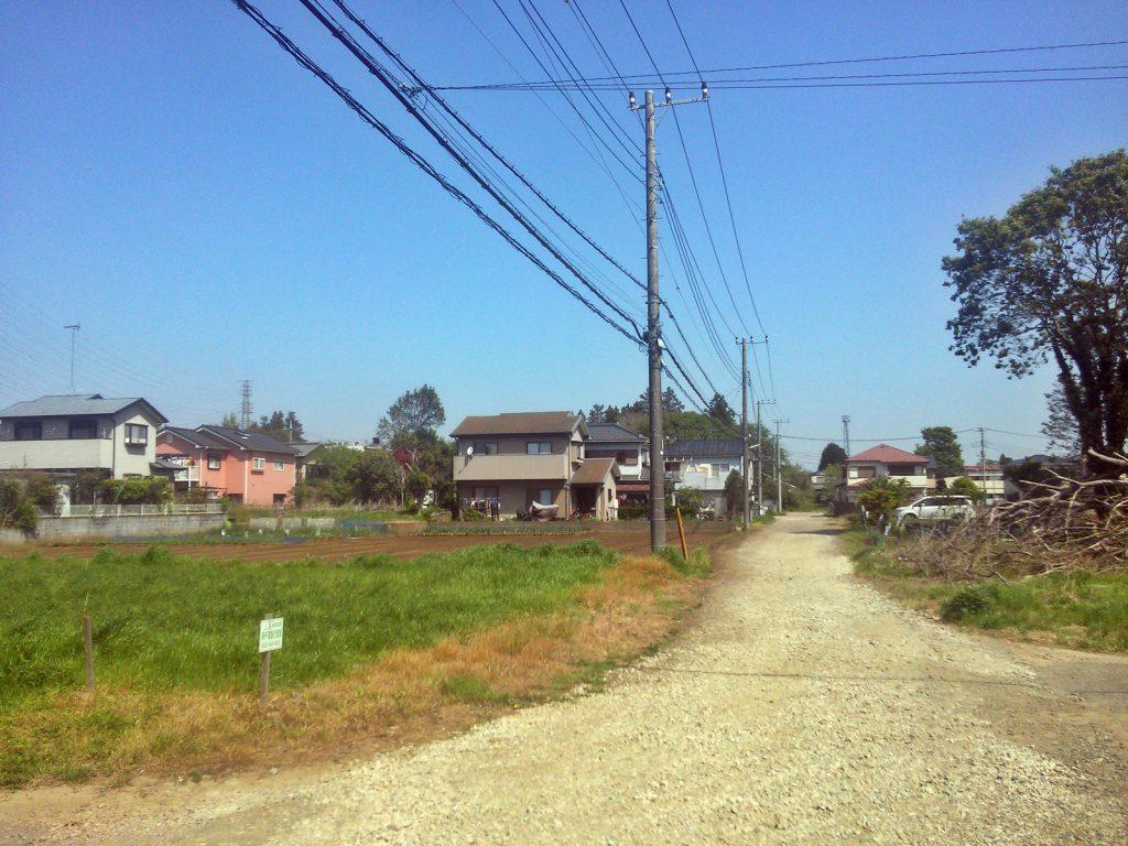 道路の舗装も行われないまま住宅建設が進んだ分譲地。八街市朝日にて(撮影:吉川祐介・2018年)