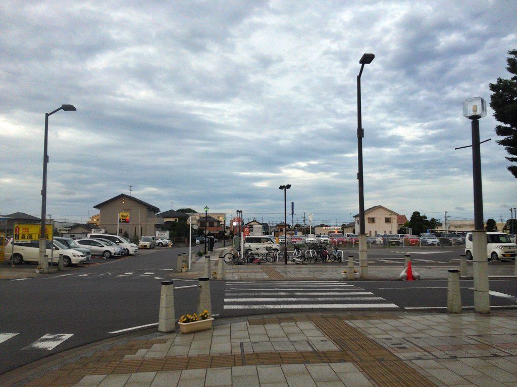 市街地が新たに形成されることなく、駅利用者のための駐車場用地として利用される八街駅周辺。撮影:吉川祐介・2017年)