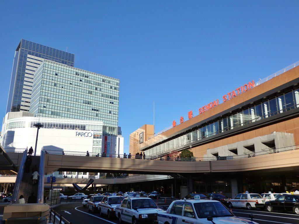 仙台駅東口から北方向を見る。右が仙台駅舎、左の奥にはパルコとアエルが見える (撮影:鳴海行人・2015年)