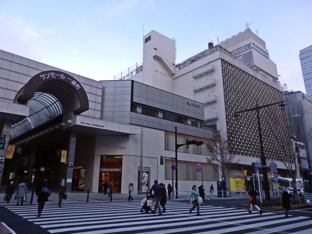 青葉通一番町駅側から見た「藤崎」本館 (撮影:かぜみな・2018年)