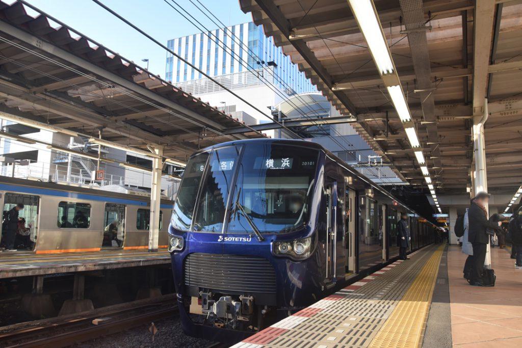 相鉄のジャンクション駅、二俣川駅に停車する新型車両20000系(撮影:夕霧もや・2019年)