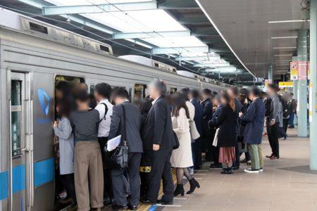 朝ラッシュの登戸駅にて撮影。快速急行は混雑が激しい(撮影:夕霧もや・2018年)